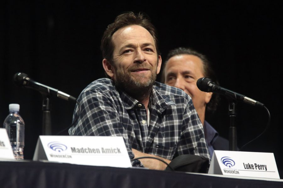 Luke Perry speaks in front of many Riverdale fans.